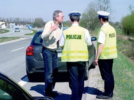 Zatrzymani kierowcy różnie reagują na mandat. Jedni przyjmują karę z pokorą, inni za wszelką cenę próbują się usprawiedliwiać. Andrzej Czerny