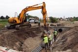 Przy ulicy Rozwojowej trwa budowa zbiornika wodnego, który odbierze deszczówkę. Inwestycja kosztuje 10 mln zł. ZDJĘCIA