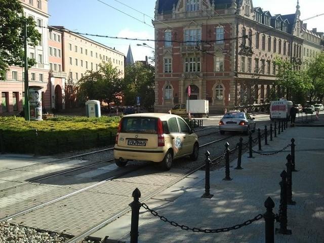 Kierowcy radzą sobie z zamkniętymi ulicami, łamiąc przepisy