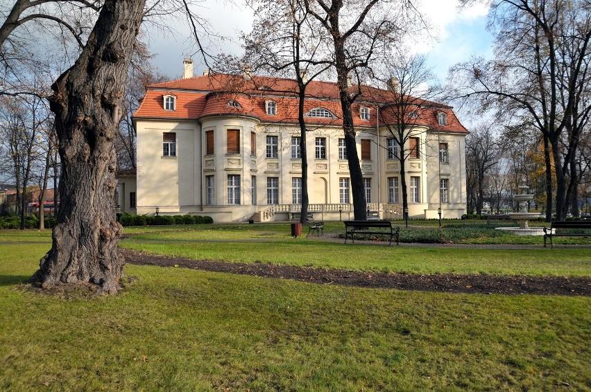 W terenie osady rękodzielników stoi m.in. pałac Biedermanna
