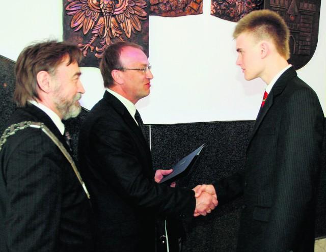 Patryk Kajda przyjmuje gratulacje podczas sesji rady miasta
