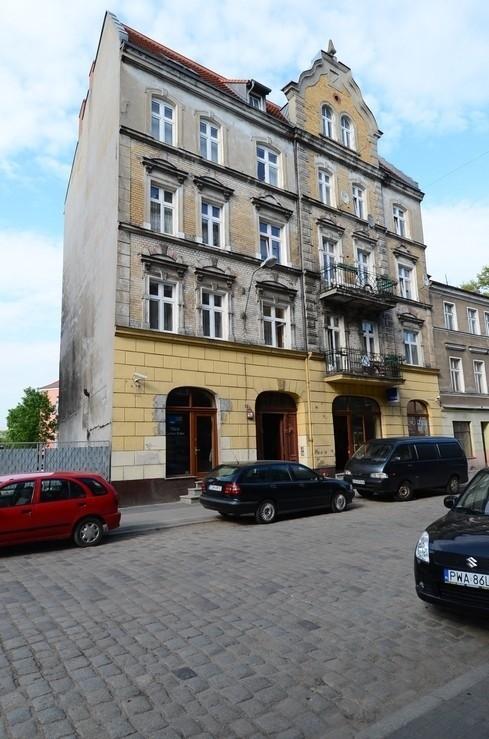 Budynek przy ul. Ostrówek 10/11 zbudowano w 1904 r.  Budynek powstał jako typowa kamienica czynszowa z oficyną, nawiązująca do stylu secesji.