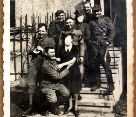 Jedyne, dotąd niepublikowane zdjęcia funkcjonariuszy na terenie MUBP w Poznaniu w 1945 roku (zamazano twarze osób, które nie pracowały w UB).