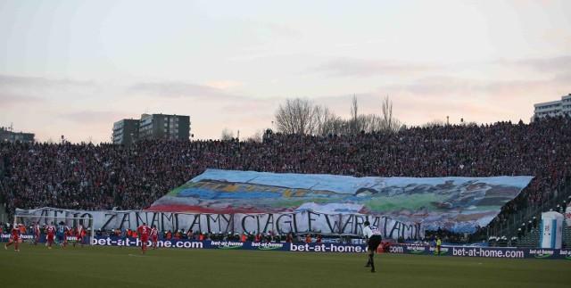 Kibice Górnika przygotowali na derbowy mecz z Ruchem ogromną flagę sektorówkę, którą rozwinęli na trybunach w trakcie pierwszej połowy spotkanie na Stadionie Śląskim