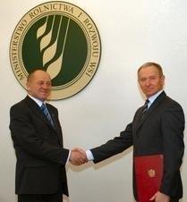 Leszek Świętochowski (z prawej) odebrał od ministra rolnictwa akt powołania na stanowisko prezesa Agencji.