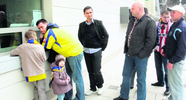 Jednym z tych, którzy stali w kolejce do kasy był trener Lechii Tomasz Kafarski (w środku). Dobrze, że bezpiecznie dostał się na stadion