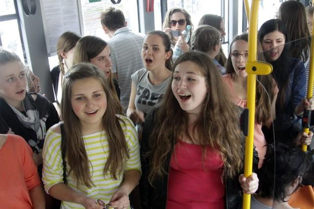 Chór lubelskich licealistów śpiewał w autobusach
