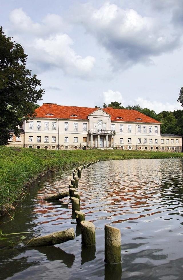 Z wnętrza pałacu w Owińskach zniknęło wszystko, co można było odkręcić lub oderwać.