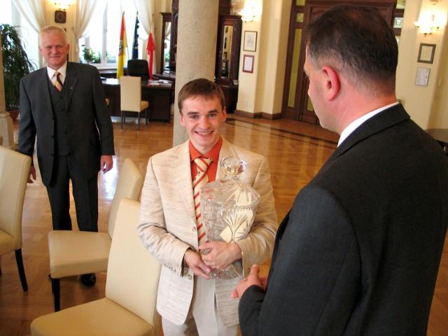 2004 rok. Nagradza prezydent Dutkiewicz. W tle trener Ryszard Furdyna.