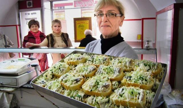 Maria Skowronek pokazuje słynne cieszyńskie kanapki ze śledziem