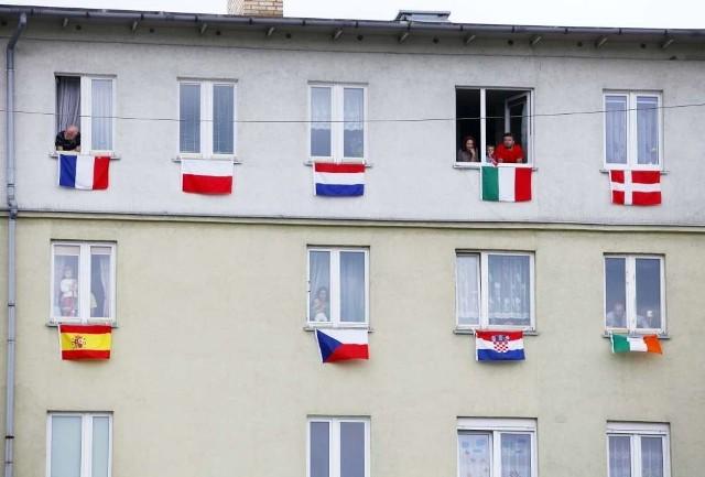 Flagi wszystkich narodowości, które wezmą udział w mistrzostwach Euro 2012 zawisły na jednym z bloków na osiedlu Zygmunta Starego