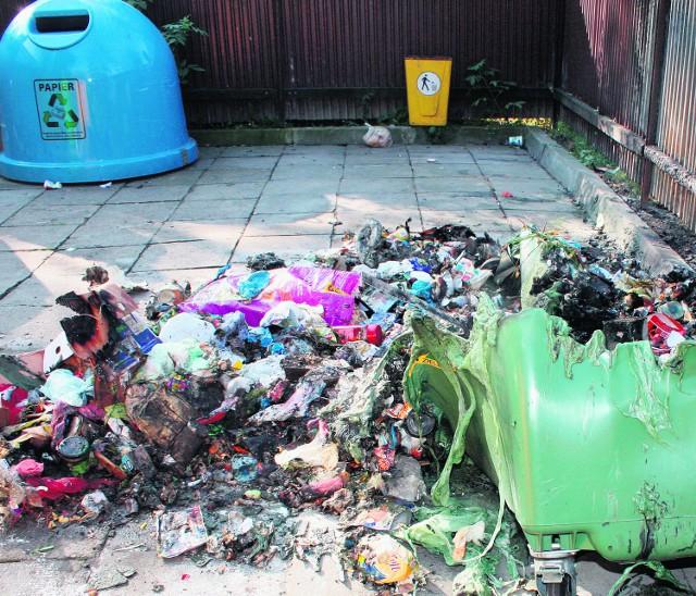 Podpalacz upatrzył sobie kontenery na śmieci i dzwony