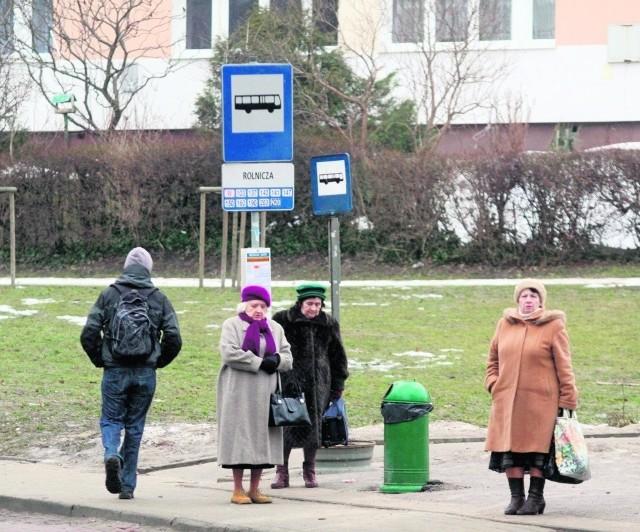 Przystanek przy ul. Rolniczej. Starsze osoby nie mają gdzie usiąść, czekając na autobus