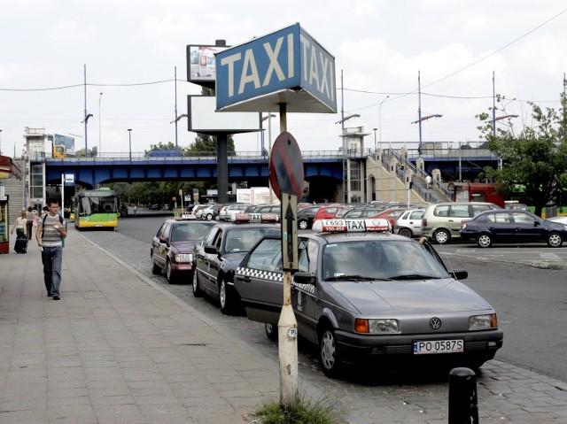 Postój taksówek przed Dworcem Głównym PKP w Poznaniu (zdjęcie archiwalne)
