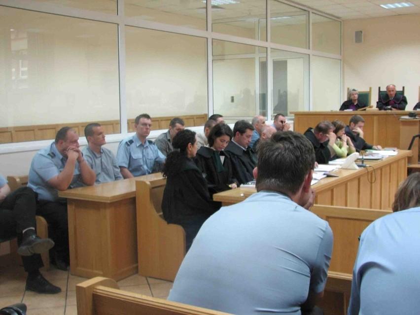 Na ławie sądowej czterech, z ośmiu oskarżonych mężczyzn