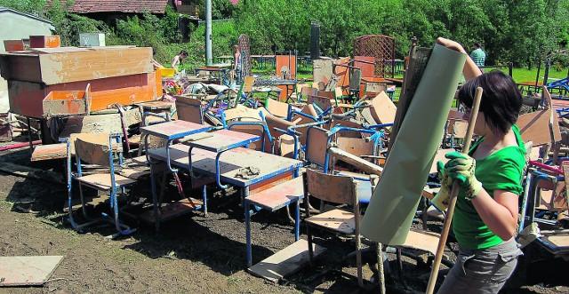 W Rzepienniku Strzyżewskim z klas wyniesiono przemoczone meble i ławki szkolne. Większość z nich nie nadaje się już do użytku