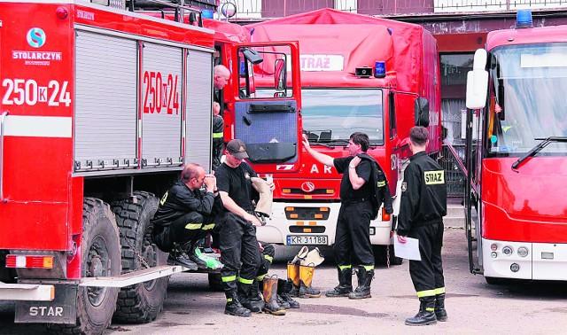 Strażacy z Brzeska nie mają chwili odpoczynku. Najpierw walczyli z wodą, teraz z ogniem