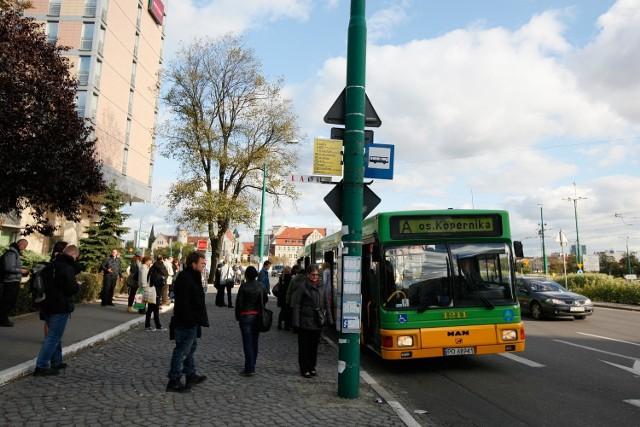 Pasażerowie nie patrzą, że wsiadają do autobusu pospiesznego i później mają pretensje, że nie staje na każdym przystanku