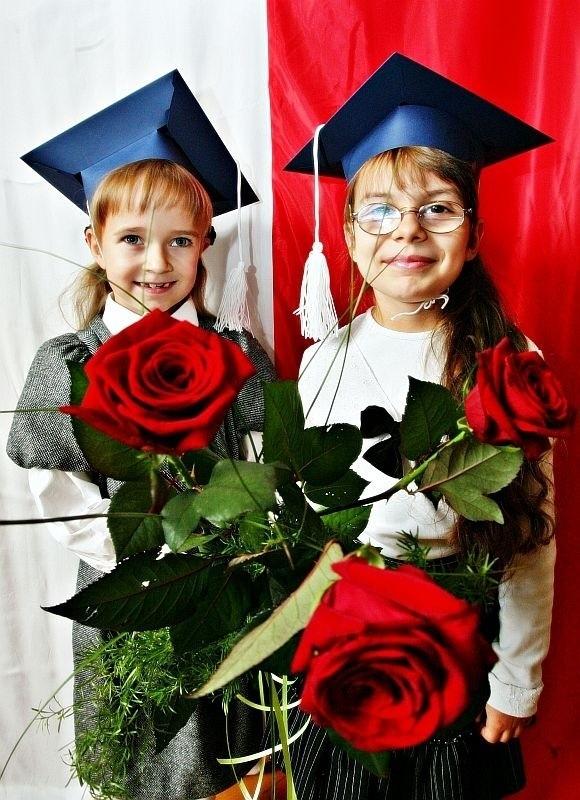 Wiktoria Perucka i Marianka Młodożeniak ze Szkoły Podstawowej nr 73 we Wrocławiu z różami dla nauczycieli