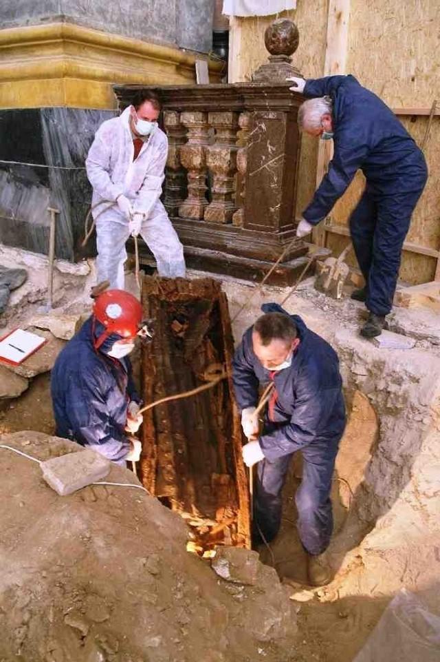 Archeolodzy przy jednej z odkrytych trumien