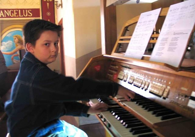 10-letni Sebastian Niemczycki poprosił proboszcza w Leśnej, że chciałby zostać organistą. Proboszcz zgodził  się