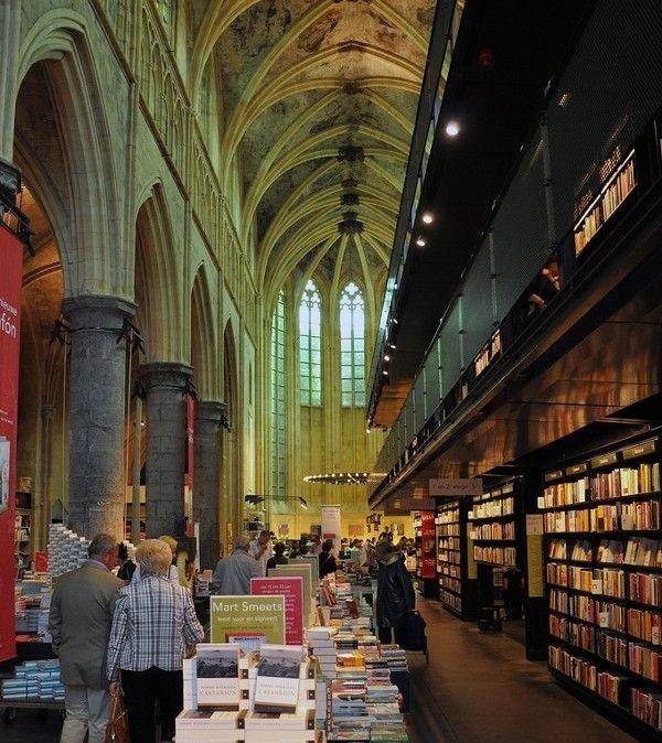 Księgarnia w Maastricht w kościele Boekhandel Selexyz Dominicanen
