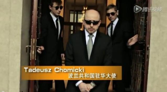 """Drugą głośną pod koniec grudnia placówką był Pekin. Ambasador Polskich w Chinach Tadeusz Chomicki noworocznie zatańczył w teledysku do młodzieżowej piosenki """"Gangnam Style"""". Niekonwencjonalna promocja Polski, jak performance nazwała ambasada, wzbudziła jednak raczej niesmak w kręgach dyplomatycznych. Wideoklip pojawił się w sieci w pierwszy dzień świąt Bożego Narodzenia. Opublikował go jeden z największych chińskich portali informacyjnych.- Przesłanie było takie, żeby pokazać, że zagraniczny dyplomata jest osobą otwartą, przez to sam ambasador jest osobą otwartą i tę otwartość można przenieść na Polskę - tłumaczył w rozmowie z Polskim Radiem szef Wydziału Kultury Ambasady RP w Pekinie Maciej Gaca.Sprawa okazała się jednak bardziej skomplikowana, bo w klipie obok ambasadora wystąpił na przykład założyciel firmy Hiersun zajmującej się handlem diamentową biżuterią. (Ambasador wyjaśniał, że udział w teledysku biznesmena wynika z zainteresowania Polską i planami biznesowymi nad Wisłą). W innej zaś odsłonie wideoklipu razem z ambasadorem występuje chiński miliarder dr Chanchai, właściciel chińskiego Red Bulla. Performance zaniepokoił m.in. Jakuba Śpiewaka z fundacji Kidprotect, który zwrócił się do MSZ z pytaniem o to, ile kosztowała niekonwencjonalna promocja i kto za nią zapłacił. """"Czy podległa Ministerstwu Spraw Zagranicznych Ambasada RP w Chinach odprowadziła opłaty z tytułu praw autorskich, praw wykonawczych i producenckich na rzecz autora, wykonawcy i wydawcy utworu »Gangnam Style« wykorzystanego w filmie promocyjnym wyprodukowanym przez ww. placówkę dyplomatyczną?""""- pytał ministerstwo Śpiewak. Nasi rozmówcy dobrze zorientowani w kręgach dyplomatycznych zgodnie twierdzą, że wpadka jest właściwie niezrozumiała, bo Chomicki to wyróżniający się dyplomata, który cieszy się w środowisku świetną opinią."""