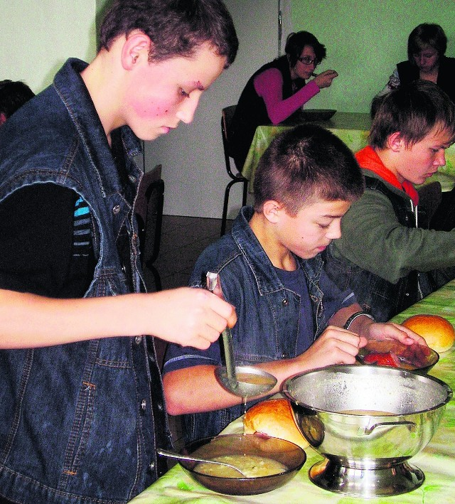 W Łapanowie z akcji dożywiania korzysta kilkuset młodych ludzi