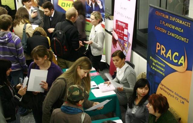 Absolwenci szukają pracy m.in. na różnego rodzaju targach pracy