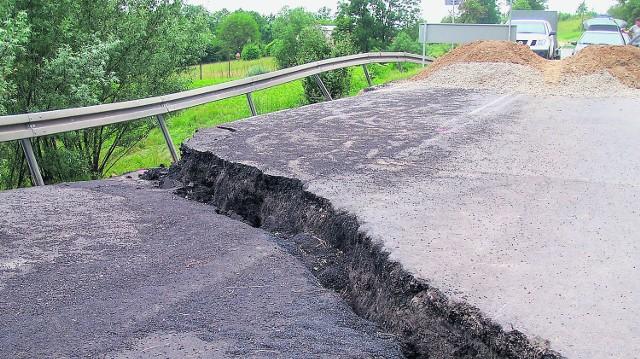W Bukowej przejazd blokuje gigantyczne osuwisko. Pomysł ułożenia objazdu z płyt betonowych nie został zrealizowany