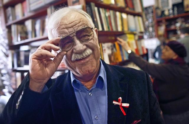 Jan Pietrzak ze swoim Kabaretem pod Egidą nadal śmieszy sucharami, kpiąc z władzy w Cafe Mozaika, tak jak nadal śmieszą abstrakcyjne żarty Mumio, które kabaretem nie jest