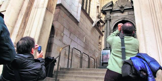 W wawelskich wnętrzach turyści nie mogą robić zdjęć. Nawet jeśli wyłączą lampę błyskową