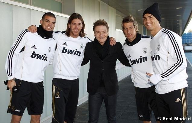Michael Teló z piłkarzami Realu Madryt: od lewej Pepe, Sergio Ramos, Teló, Fabio Contreao i Cristiano Ronaldo