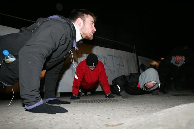 Yohann Bassez zakończył bieg szesnastoma pompkami, czyli tyloma ile godzin biegł. Ćwiczenie to wykonywali razem z nim wszyscy kibice zgromadzeni na Akademii Wychowania Fizycznego