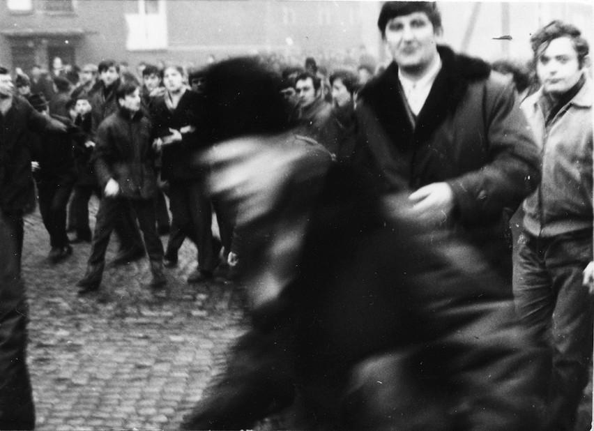Zdjęcie z 17 grudnia 1970 r. na ulicy Czerwonych Kosynierów...