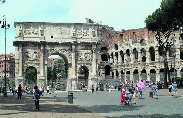 W Rzymie nie brakuje niczego. Jest świetna komunikacja miejska, mnóstwo restauracji, niezliczona ilość tanich hoteli i urokliwe wąskie uliczki, którymi można z zachwytem spacerować godzinami. Ale Rzym to przede wszystkim niesamowite zabytki. Oto najsławniejszy z nich: Koloseum. MAT