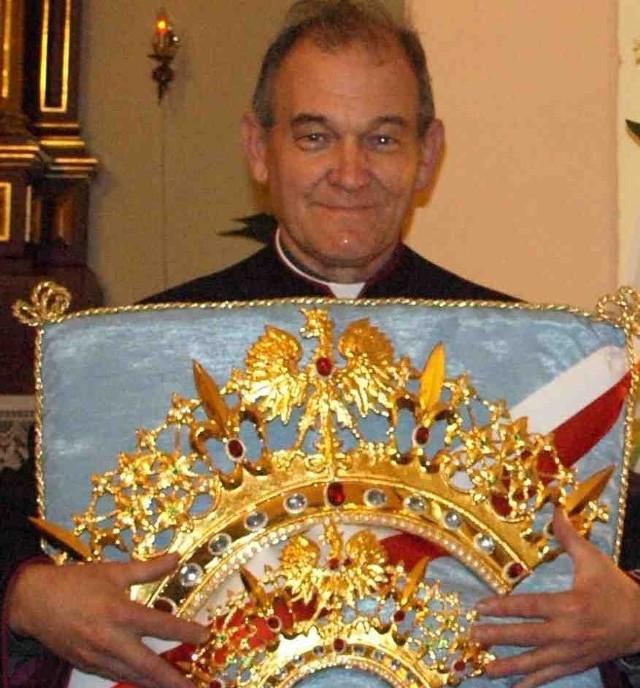 Ksiądz Stanisław Sarowski z koronami