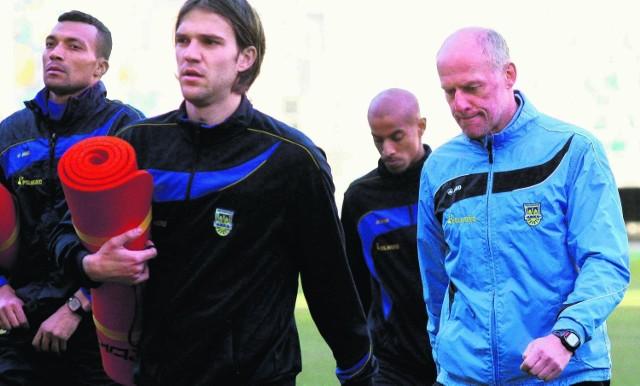 Czyżby obecność reporterów zdjęła uśmiechy z twarzy zawodników i szkoleniowca żółto-niebieskich?