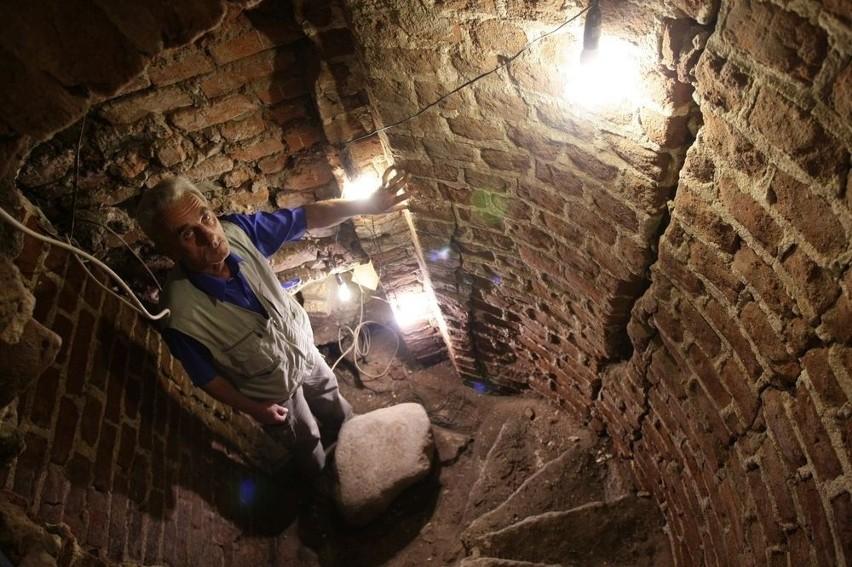 Wejście do krypty odkrył Kazimierz Wójcik. Było zasypane piaskiem oraz gruzem