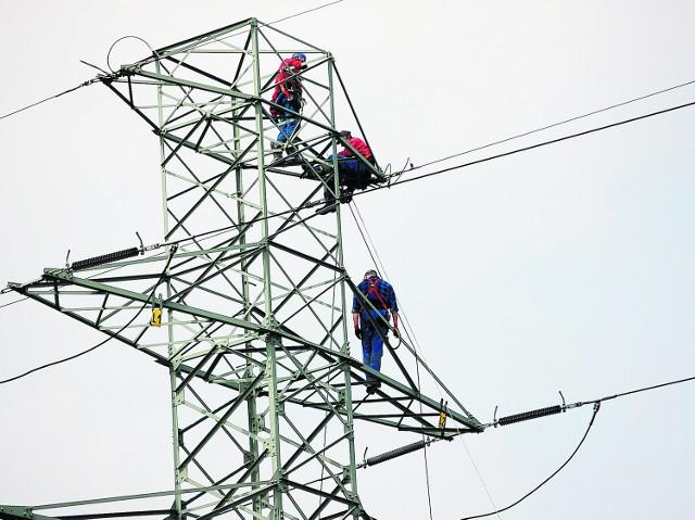 Energetycy odcinają linie na przewracających się słupach