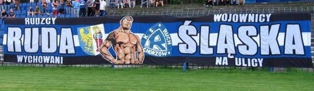 Kibice Niebieskich z Rudy Śląskiej prezentują na meczach swą flagę