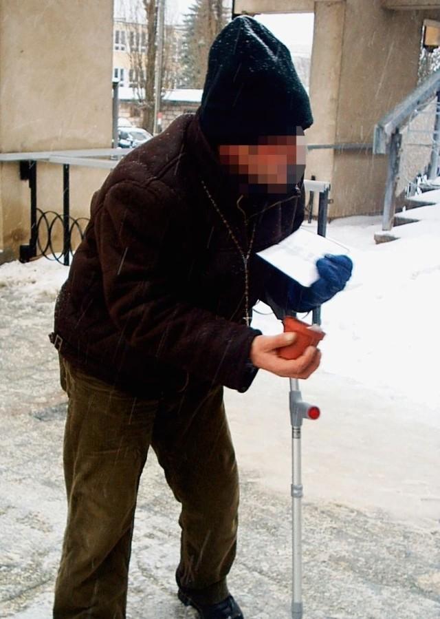 Mężczyzna udający inwalidę wzbudza litość, by zarobić