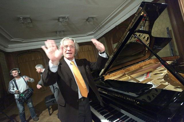 Paolo Fazioli przy fortepianie ze swojej manufaktury.