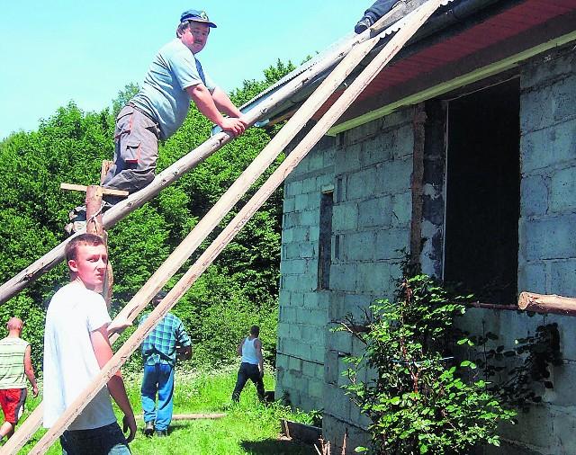 Majątek Bierytów próbują ratować strażacy i sąsiedzi