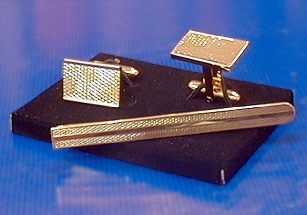 Z biznesmenem częściej kojarzą się spinki do mankietów i krawata, niż szpilki...