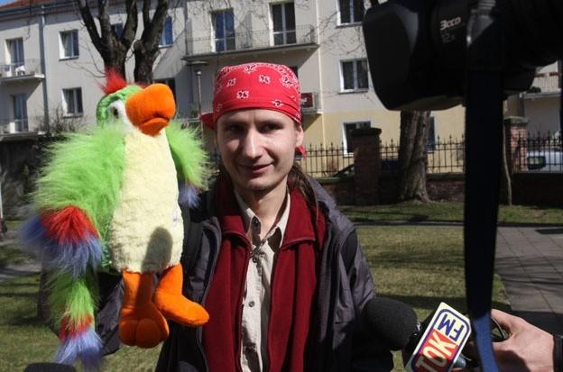 """Montowski stwierdził, że ukarana powinna być też papuga, która również """"śpiewała"""" na sesji"""