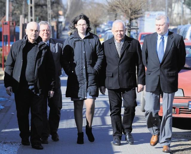 Mieszkańcy Przeźmierowa i Baranowa sprzeciwiają się rozbudowie lotniska. Od lewej: Ryszard Hauffa, Jacek Stypiński, Emilia Sznajder, Bogusław Ciepielewski i Leszek Wardeński