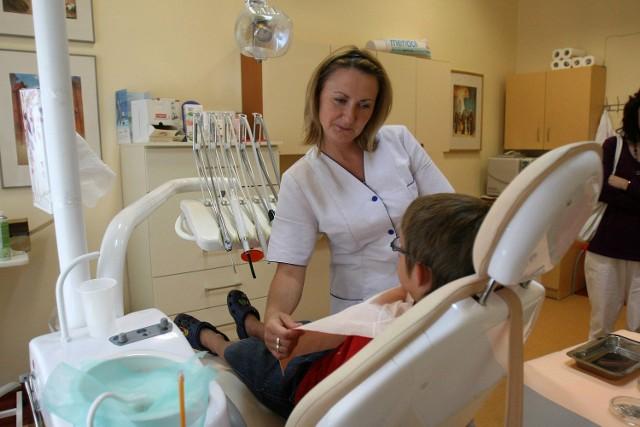 Monika Bursztynowicz z NZOZ AlfaDent, a na fotelu dentystycznym Kamil