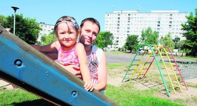- Nie zamieniłbym Różanki na nic innego - mówi Piotr Guzek, który odwiedził plac zabaw z córeczką Dominiką