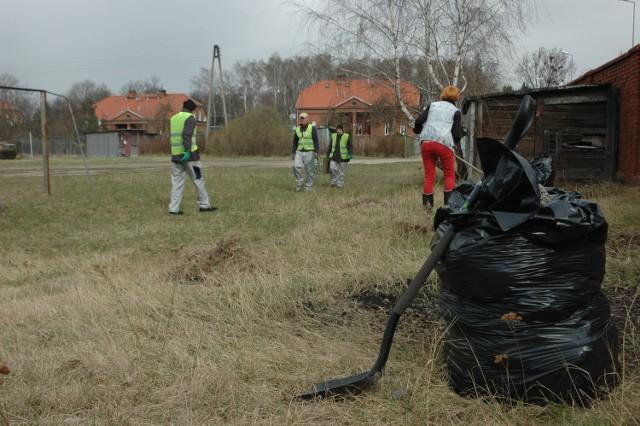 Grupa z CIS sprząta tereny przy ul. Bukowskiej.
